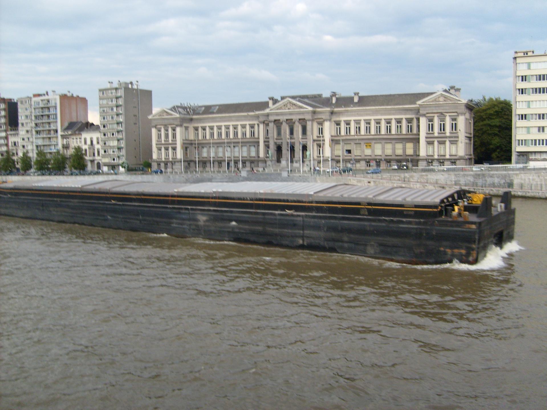 Péniche sur la Meuse devant l'Institut de Zoologie à Liège en 2005