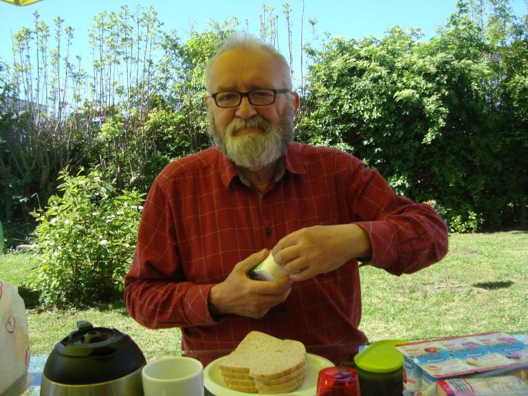 6 mai 2018 (dimanche matin) petit déj au jardin.