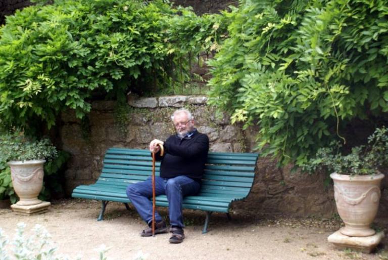 Fontfroide 23 mai15 avec un vieillard sur un banc