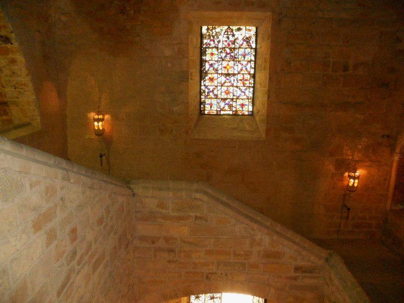 Fondfroide escalier et vitrail