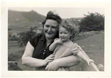 1er mai 1954, avec sa Mamy Nelly à Arcachon où elle a vécu une grande partie de sa jeunesse.
